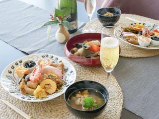 テーブルの上に食べ物のプレートの写真・画像素材[1759210]