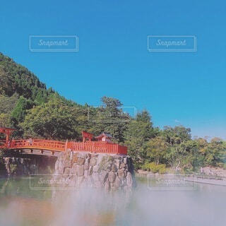 空,屋外,湖,水面,山,滝,樹木,旅行,トラック,鉄道,赤い橋