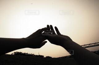 恋人,2人,空,芝生,屋外,晴れ,足,夕暮れ,黄色,手,影,日常,シルエット,指,人物,人,夫婦,河川敷,結婚,男女,快晴,恋愛,思い出,夢,儚さ,優しさ,ダンス,時間,日暮れ,掌,温度,温もり,切なさ,温かさ,体温,感触,接触,尊さ