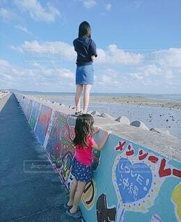 風景,海,空,屋外,ビーチ,青空,水面,海岸,少女,人物,人,ショートパンツ