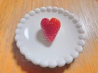 いちご,苺,ハート型,ハート,木目,♡,イチゴ,白いお皿