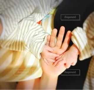 屋内,手,人物,人,新生児の手,子供達の手,姉と双子姉妹