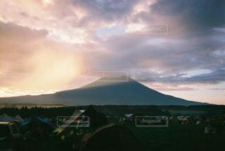 背景の山にテントの写真・画像素材[1427443]