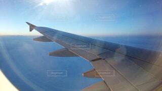 空を飛んでいる飛行機の写真・画像素材[4836590]