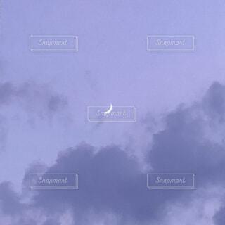 月とパープルスカイの写真・画像素材[4840695]