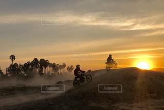 夕日を追いかけての写真・画像素材[4839630]