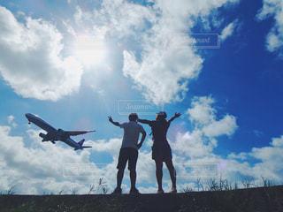 空を飛んでいる飛行機の写真・画像素材[897062]