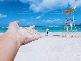 砂浜に座る人の写真・画像素材[897084]