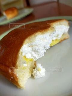 半分個したクリームパンの写真・画像素材[4854560]