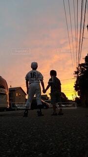 夕暮れと兄弟の写真・画像素材[4841647]