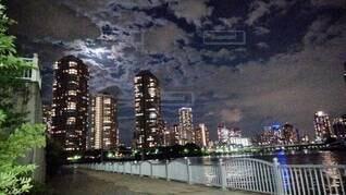 自然,風景,空,建物,夜,屋外,雲,水面,都市,タワー,都会,月,高層ビル,ダウンタウン,アーキテクチャ,おぼろ月夜 朧 月光 雲 町の明かり 都会 光 川 遊歩道 柵,月夜の晩 散歩