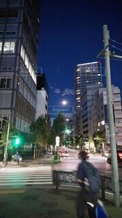 自然,風景,空,建物,夜,屋外,樹木,都会,月,高層ビル,通り,ダウンタウン,街路灯,都会の喧騒,月夜 満月 都会 隙間 きれい ひっそり 輝く