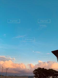 青空に見える月の写真・画像素材[4878860]