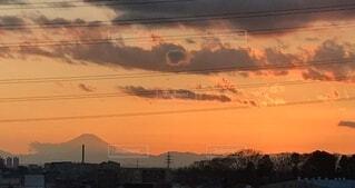 夕焼けに浮かぶ富士山の写真・画像素材[4843440]