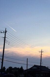 夕方のひこうき雲の写真・画像素材[4843445]