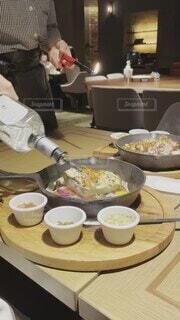 食べ物,食事,ランチ,ディナー,屋内,白,フード,テーブル,皿,人物,人,食器,レストラン,スキレット,日中,フランベ,飲食,特別