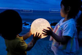 子ども,自然,風景,空,夜,夜景,屋外,子供,月,人物,ボール,人,満月,こども,2歳,4歳,娘,2才,4才