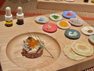 食べ物の皿をテーブルの上に置くの写真・画像素材[4847450]