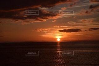 水の体に沈む夕日の写真・画像素材[4856478]