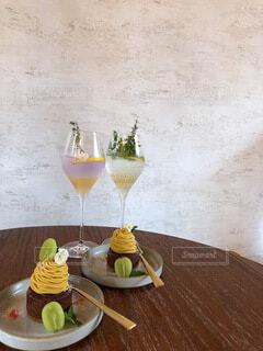 木製のテーブルの上に座っているバナナの写真・画像素材[4872919]