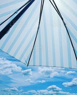 空と日傘の写真・画像素材[4852396]