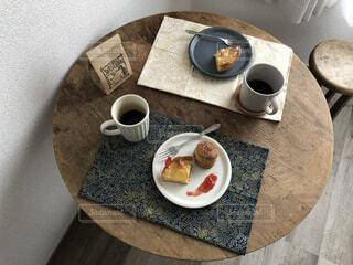 食べ物,コーヒー,食事,朝食,屋内,フード,スプーン,皿,マグカップ,食器,お菓子,カップ,紅茶,ドーナツ,ドリンク,飲食,ボウル,食器類,コーヒー カップ,受け皿