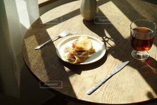 食べ物,コーヒー,食事,屋内,フード,パン,デザート,フォーク,テーブル,スプーン,皿,食器,チーズ,カップ,箸,レストラン,ドリンク,調理器具,ファストフード,スナック,飲食,酪農,ボウル,受け皿