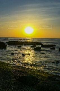 鳥居に昇る朝陽の写真・画像素材[4852813]