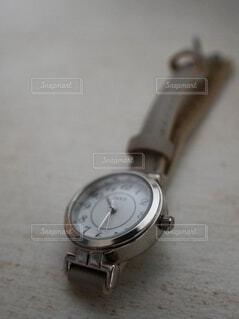 ベージュのベルトを付けた腕時計の写真・画像素材[4910285]