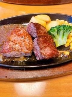 食べ物,食事,ランチ,ディナー,屋内,フード,テーブル,皿,レストラン,おいしい,牛肉,ステーキ,焙煎,レシピ,ファストフード,飲食,赤身肉,動物性脂肪