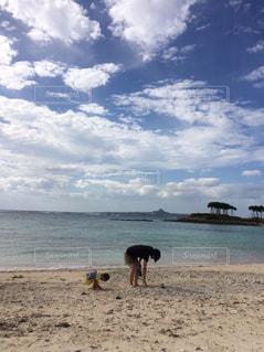 ビーチ,親子,散歩,沖縄,旅行,貝拾い,同じ格好