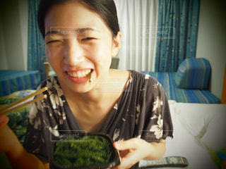 1人,沖縄,人物,人,旅行,笑顔,大学生,海ぶどう,部屋着,スッピン