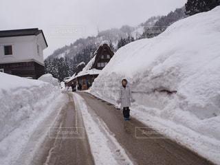雪をスノーボードに乗る男覆われた斜面の写真・画像素材[913827]