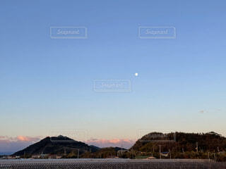 早朝の月の写真・画像素材[4871830]