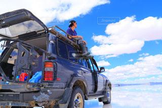 青空のウユニ塩湖の写真・画像素材[1130052]