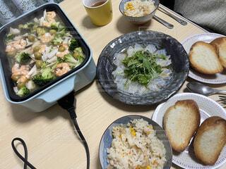 アヒージョと真鯛のカルパッチョと炊き込みご飯の写真・画像素材[4875506]