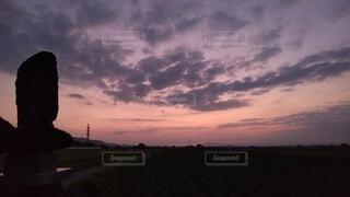 日の出前の赤い空の写真・画像素材[4880414]