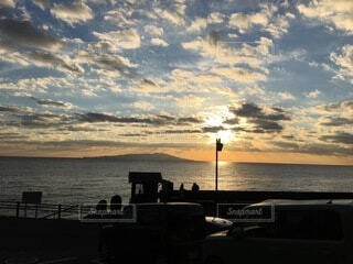 夕日と雲の群れの写真・画像素材[4873772]