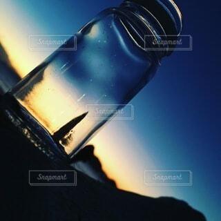 空き瓶と夕日の写真・画像素材[4873770]