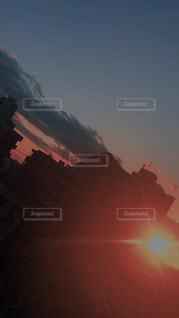 マンションの間から夕日の写真・画像素材[4873778]