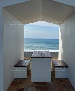 海のある休憩所の写真・画像素材[4865891]