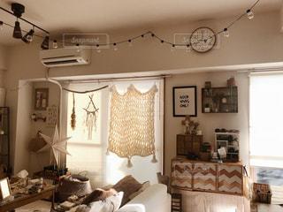 リビング ルームの家具と暖炉でいっぱいの写真・画像素材[1007470]