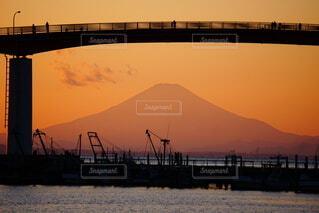 夕焼けと富士山の写真・画像素材[4862600]