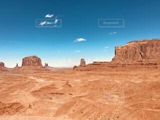 砂漠を飛んでいる人の写真・画像素材[4869848]