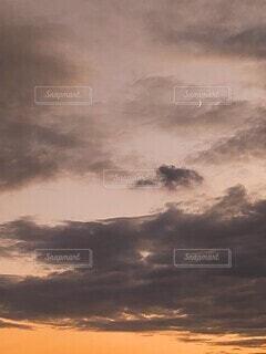自然,風景,空,屋外,雲,晴れ,夕焼け,夕暮れ,夕方,月,三日月,くもり,一日の終わり