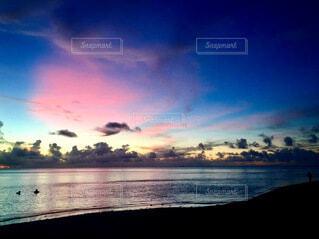 ピンクと青の空の写真・画像素材[4883250]