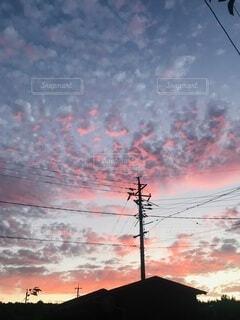 煙が出ている街の夕日の写真・画像素材[4866834]