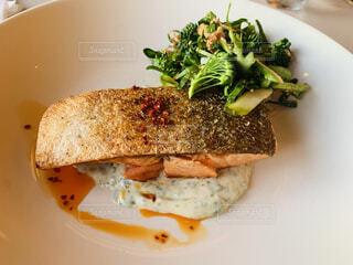 カフェでいただく秋鮭のクリスピーグリルの写真・画像素材[4871596]
