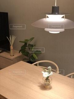 木製のテーブルの上に座っている花瓶の写真・画像素材[4870052]