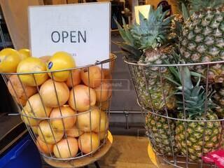 果物で満たされたバスケットの写真・画像素材[4875082]